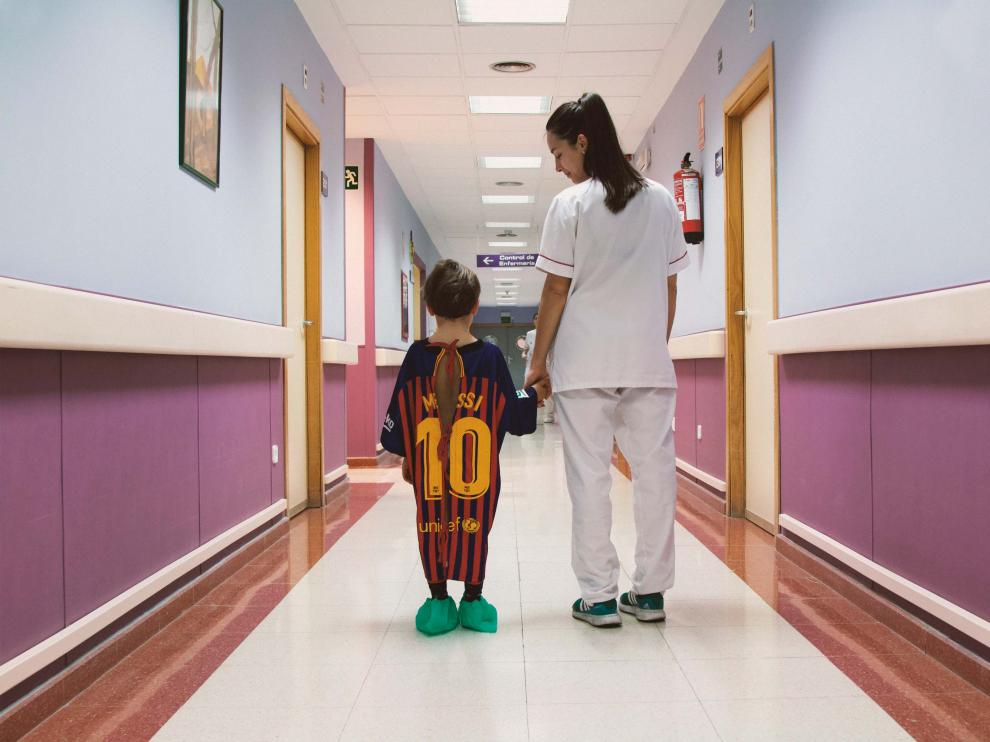 Batas de hospital que son camisetas de fútbol, una iniciativa de 'Panenka'