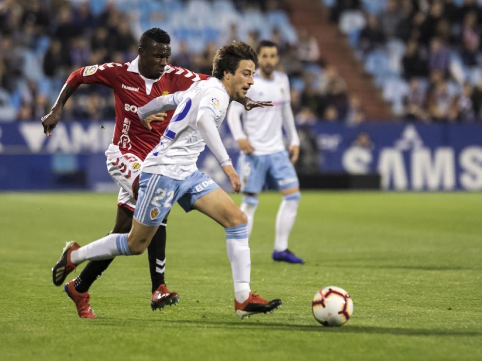 Delmás, en la jugada en la que acabó marcando el 3-0 al Nástic de Tarragona en La Romareda, el último gol local visto hasta hoy: el 1 de abril.