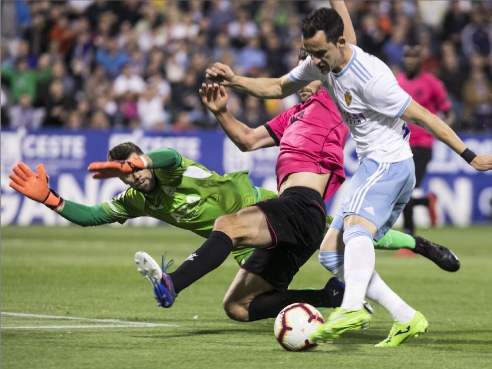 Miguel Linares, en una ocasión de gol ante el Alcorcón, el pasado 14 de abril en La Romareda. Ese día salió tras el descanso y jugaría sus últimos 45 minutos con el Real Zaragoza hasta hoy.