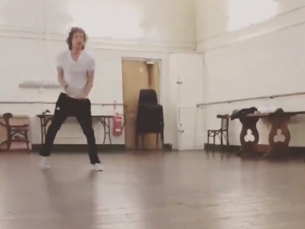 Mick Jagger en una imagen del vídeo que ha publicado en su cuenta de Twitter.