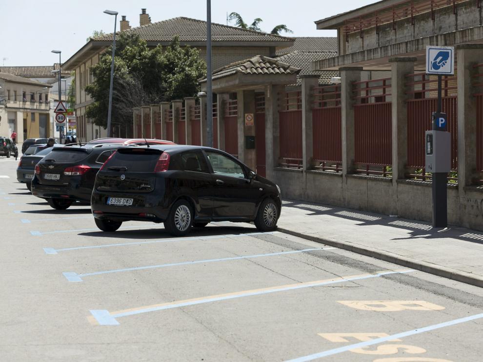 Plazas de aparcamiento en zona azul en la avenida de la Portalada de Alagón.