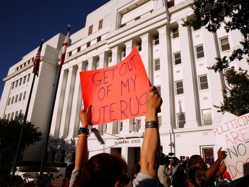 Protesta frente a la Casa del Estado de Alabama.