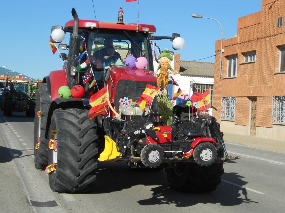 Uno de los tractores adornados que ha participado en el desfile.