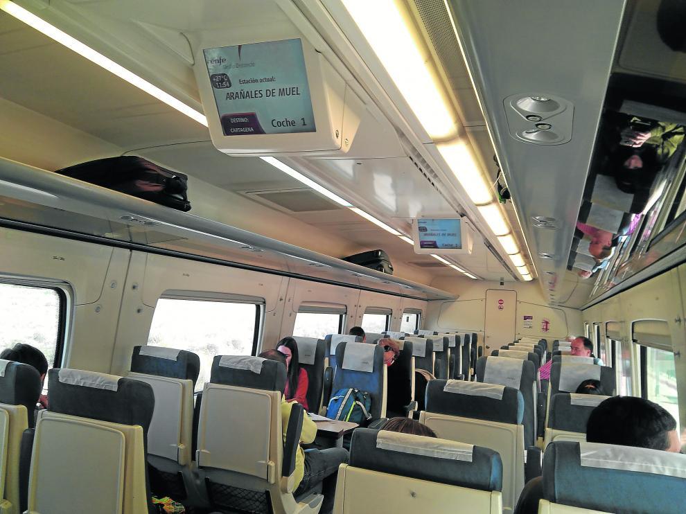 Una docena de viajeros, en el vagón.