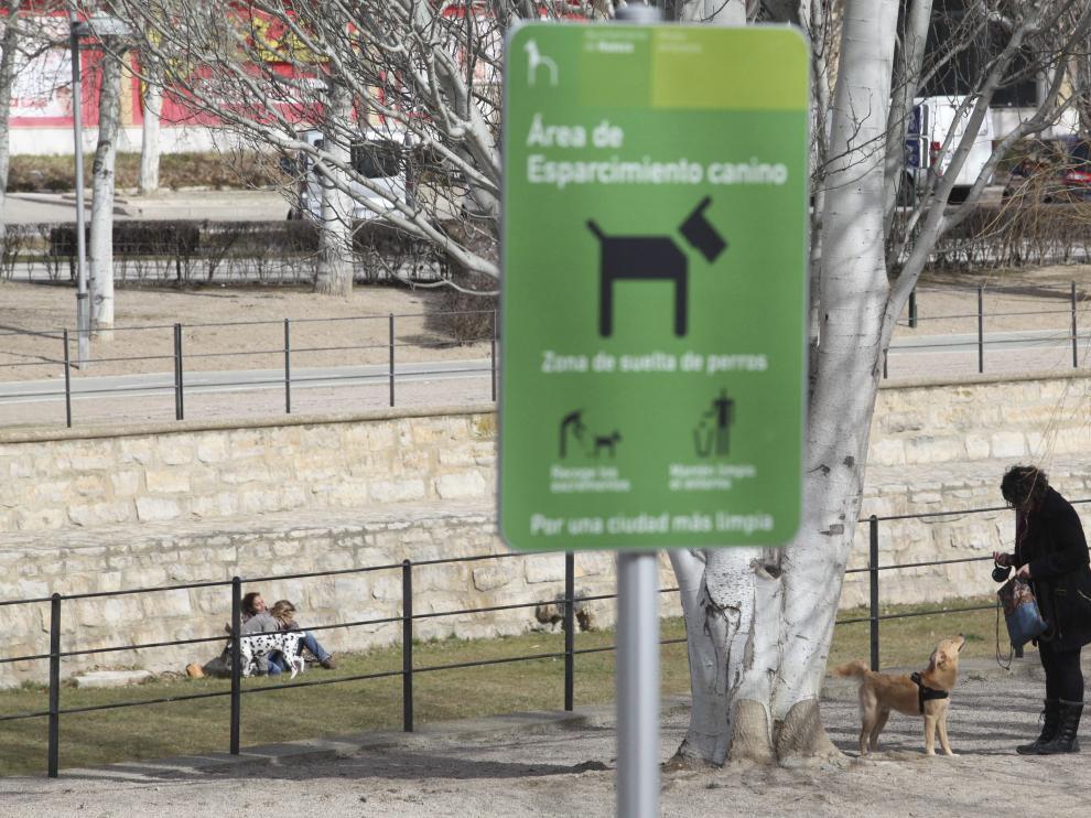 Una de las zonas de esparcimiento canino reguladas en Huesca.
