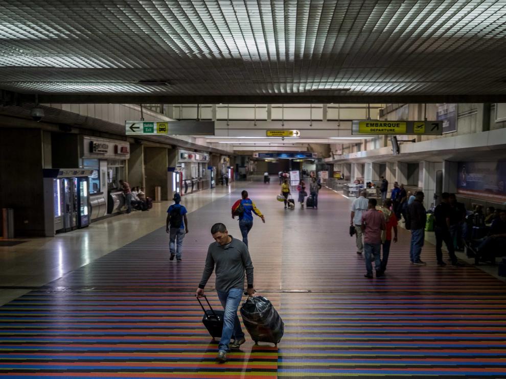 Viajeros en el aeropuerto de Venezuela.