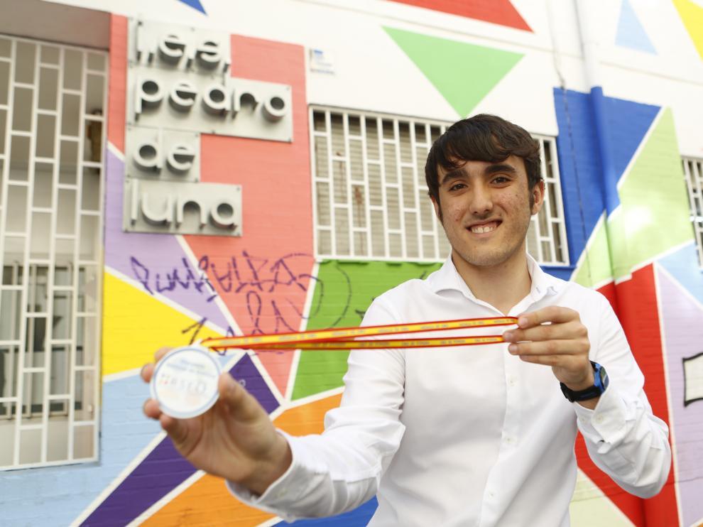 Daniel Ulibarri posa con su medalla de oro en su instituto, el Pedro de Luna de Zaragoza