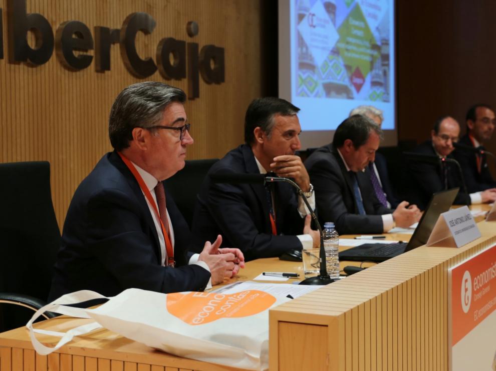 José Antonio Laínez, catedrático de Economía Financiera y Contabilidad de la Universidad de Zaragoza (en primer término) da la bienvenida a los asistentes al encuentro.