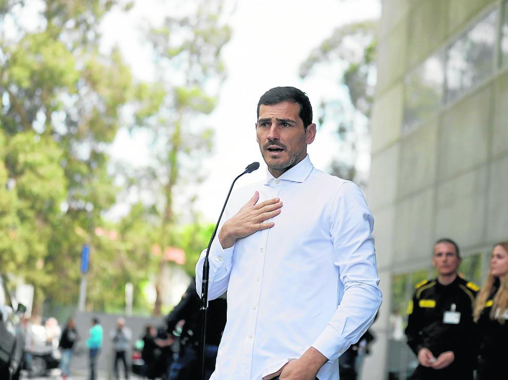 El portero Iker Casillas atendía a los medios a su salida del hospital de Oporto, recuperado del infarto que sufrió entrenando