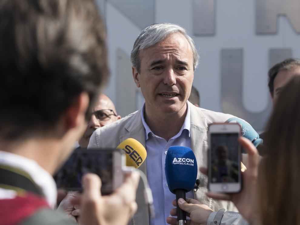 Jorge Azcón, en una comparecencia ante los medios a las puertas del Edificio Pignatelli.