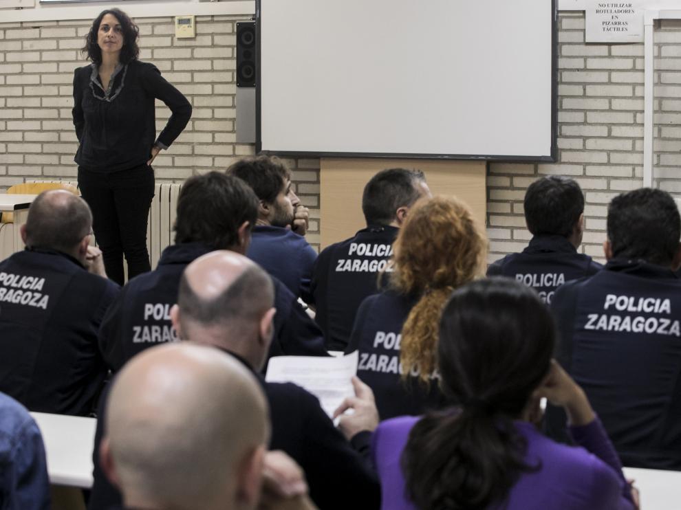 La concejal de Policía Local, Elena Giner, explicó el cambio de uniforme a la unidad en octubre.