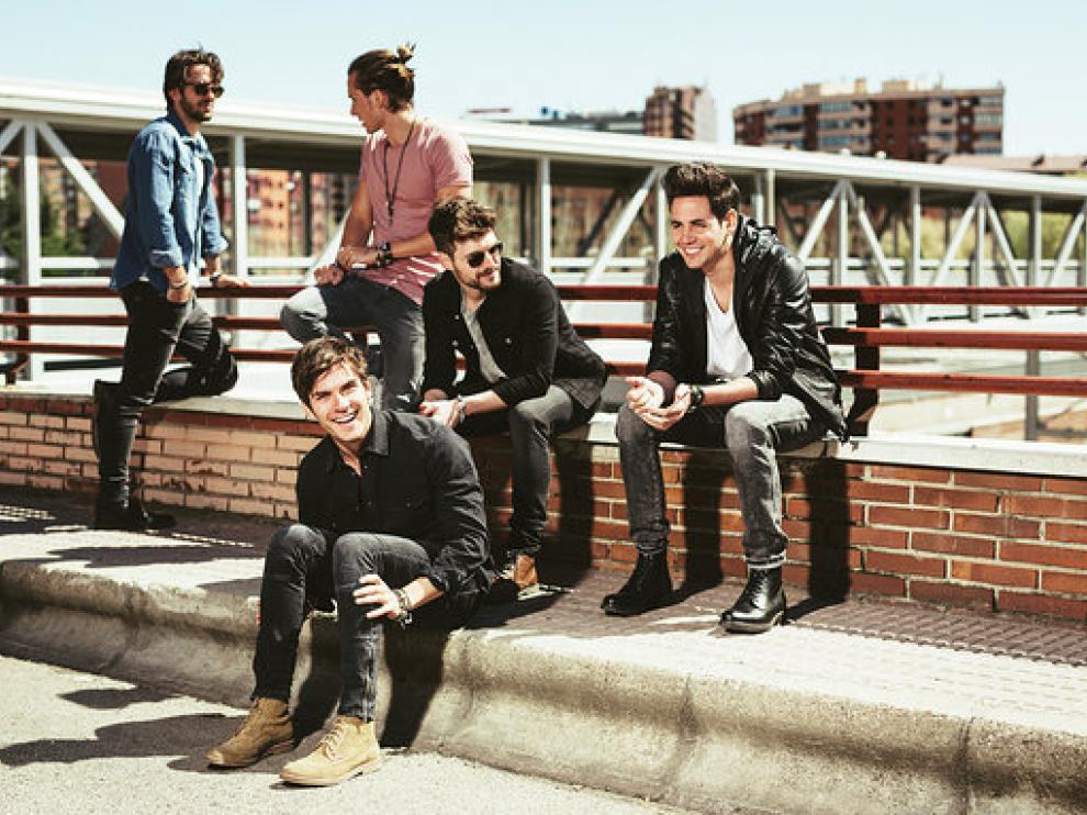 Los cinco miembros del grupo DVicio, que actúa hoy en la Sala Oasis de Zaragoza.