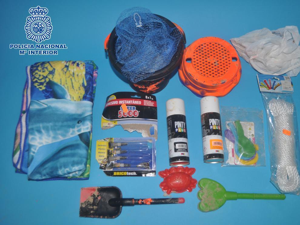 Materiales encontrados en una bolsa de plástico junto a la ermita de Salas