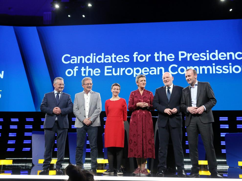 Jan Zahradil of the Alliance of Conservatives and Reformists in Europe (ACRE), Nico Cue of the European Left (EL), Ska Keller of the European Green Party (EGP), Margrethe Vestager of the Alliance of Liberals and Democrats for Europe (ALDE), Frans Timmermans of the Party of European Socialists (PES) and Manfred Weber of the European People's Party (EPP) pose for a group photo before a debate from the European Parliament, ahead of the May 23-26 elections for EU lawmakers, in Brussels, Belgium May 15, 2019.  REUTERS/Francois Walschaerts [[[REUTERS VOCENTO]]] EU-ELECTION/DEBATE