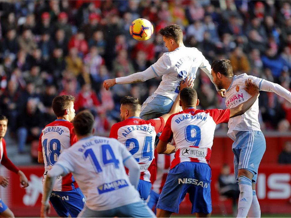 Momento en el que Álex Muñoz anota el 1-1 para el Real Zaragoza en El Molinón en el duelo de la primera vuelta. Después, Guti anotaría el 1-2 vencedor.