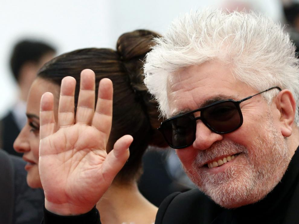 """72nd Cannes Film Festival - Screening of the film """"Pain and Glory"""" (Dolor y gloria) in competition - Red Carpet Arrivals - Cannes, France, May 17, 2019. Pedro Almodovar, Penelope Cruz and Antonio Banderas pose. REUTERS/Stephane Mahe [[[REUTERS VOCENTO]]] FILMFESTIVAL-CANNES/PAIN AND GLORY"""