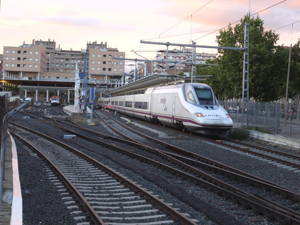 Un AVE Madrid-Huesca, en uno de los andenes de la estación de la capital oscense