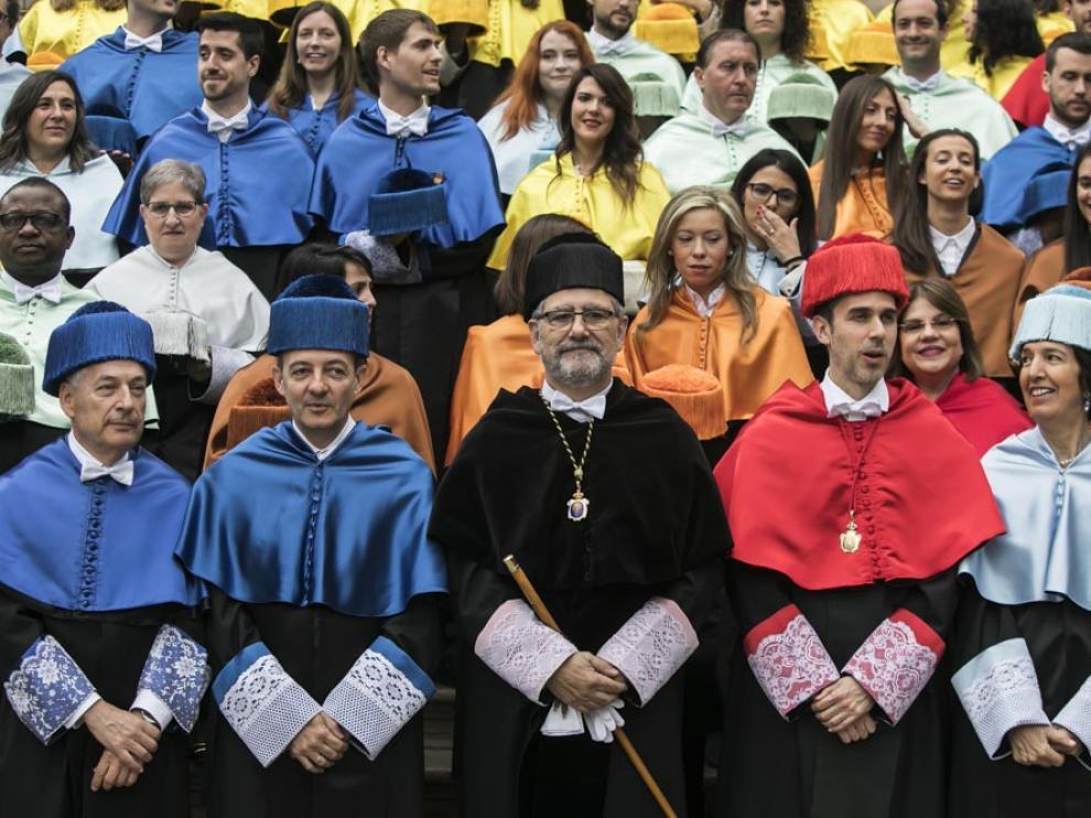 Los nuevos doctores, en la escalinata del Paraninfo junto con el rector de la Universidad y el equipo rectoral.