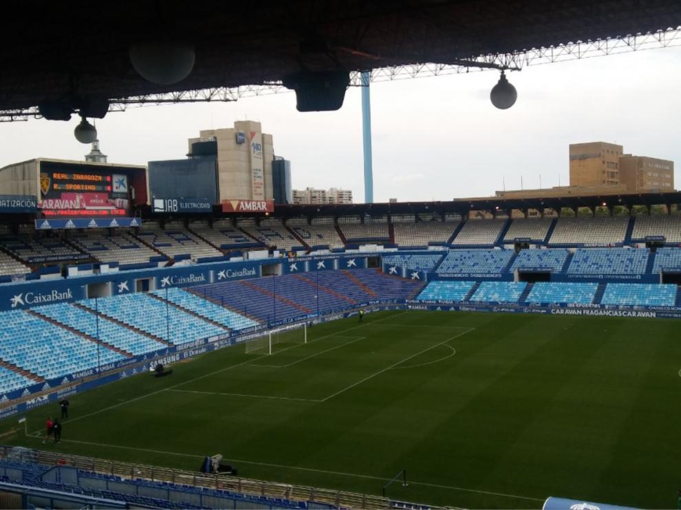 La Romareda, hora y tres cuartos antes del comienzo del partido de esta noche de viernes entre el Real Zaragoza y el Sporting de Gijón.
