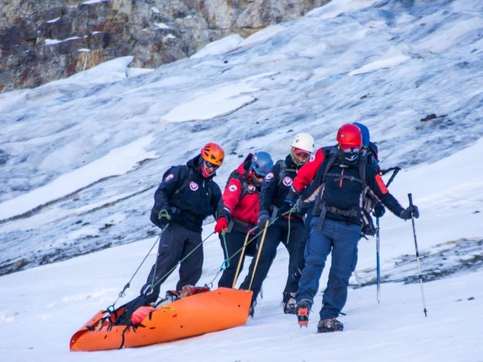 Un equipo de rescate traslada el cadáver tras recuperarlo de un glaciar.