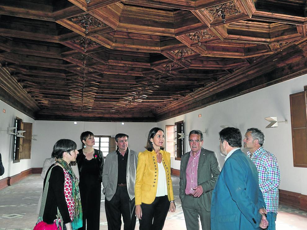 La ministra Reyes Maroto –en el centro–, junto al presidente de la DPZ y representantes políticos, en la biblioteca del siglo XVI.