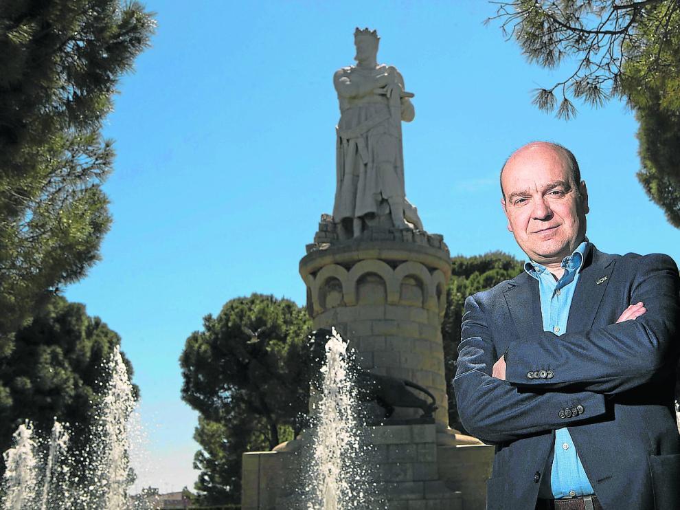 El candidato de Vox a la Presidencia de la DGA, Santiago Morón, eligió fotografiarse junto a la estatura del Batallador.