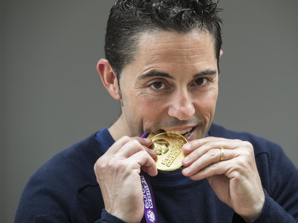 Víctor Lapeña muerde la medalla de campeón de la Eurocup.