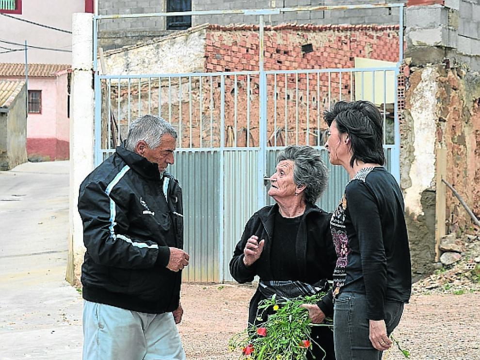 Elena Bandrés –derecha–, el sábado con dos vecinos.