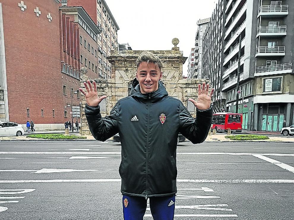 El joven portero, delante de la Puerta del Carmen.