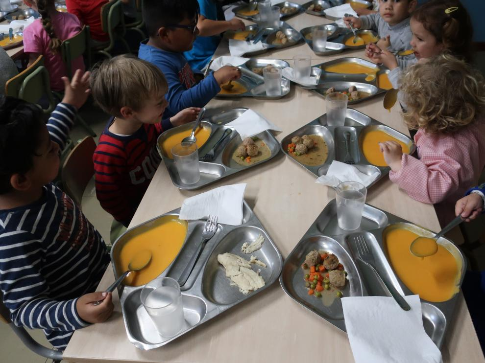 La plataforma por unos comedores de calidad invitó hace unos días a los políticos a compartir menú con los niños del colegio María Moliner.
