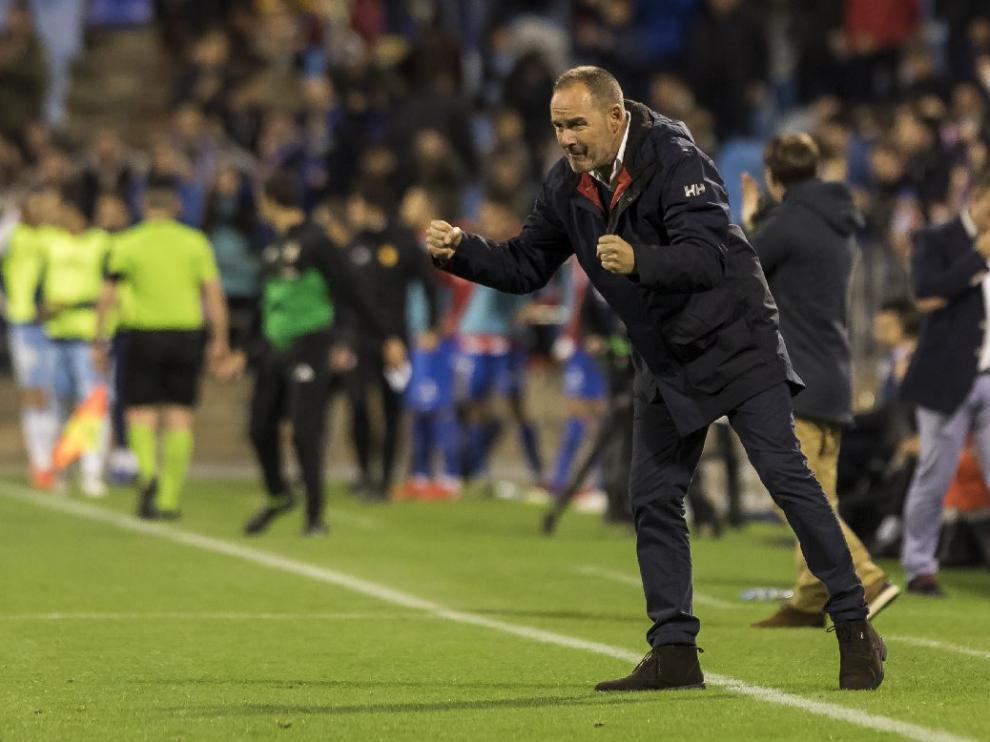Víctor Fernández, con los puños apretados, celebra la consecución del 3-2 ante el Sporting de Gijón este viernes.