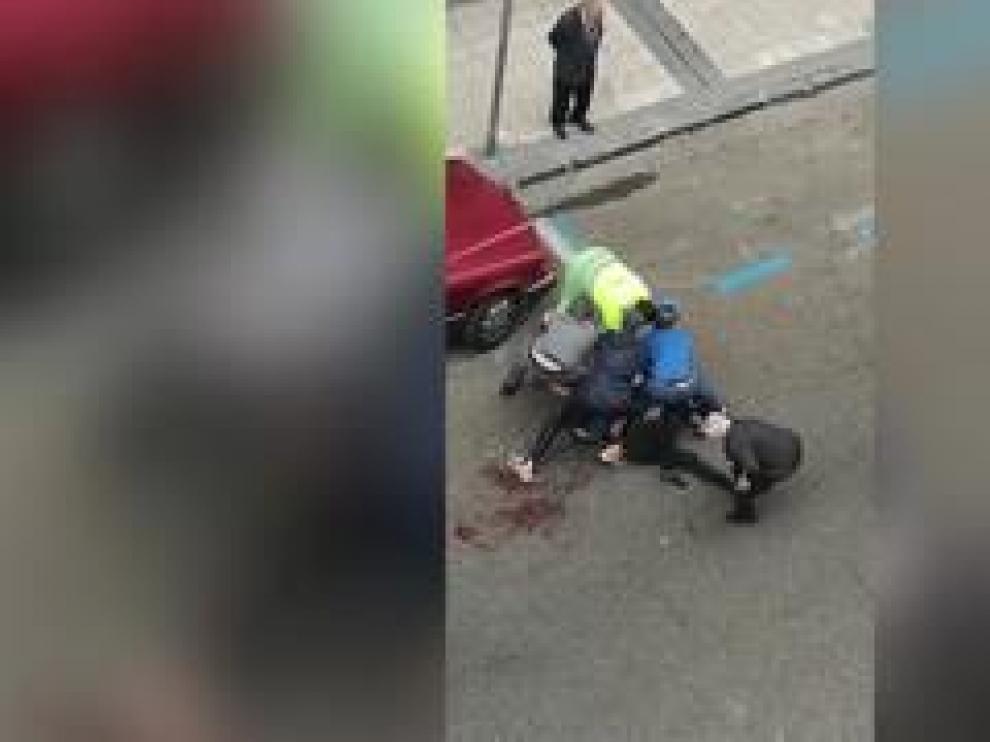 El herido presenta varias heridas por arma blanca tras la agresión sufrida esta mañana en la calle de José María Lacarra, junto al Camino de las Torres de Zaragoza.