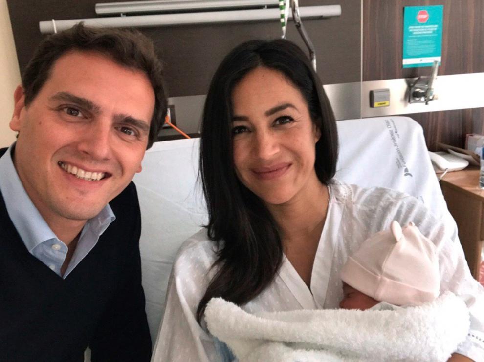 Imagen compartida por Albert Rivera junto a Begoña Villacís en el hospital.