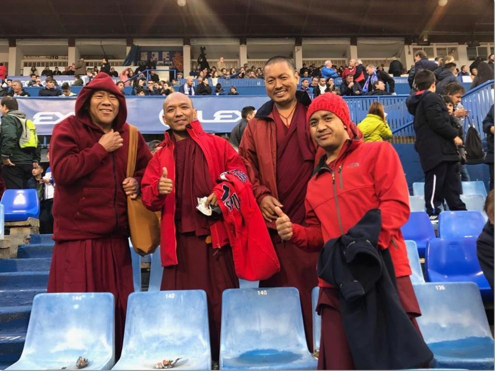 Los monjes budistas, el pasado viernes por la noche en La Romareda durante el partido Real Zaragoza-Sporting de Gijón.