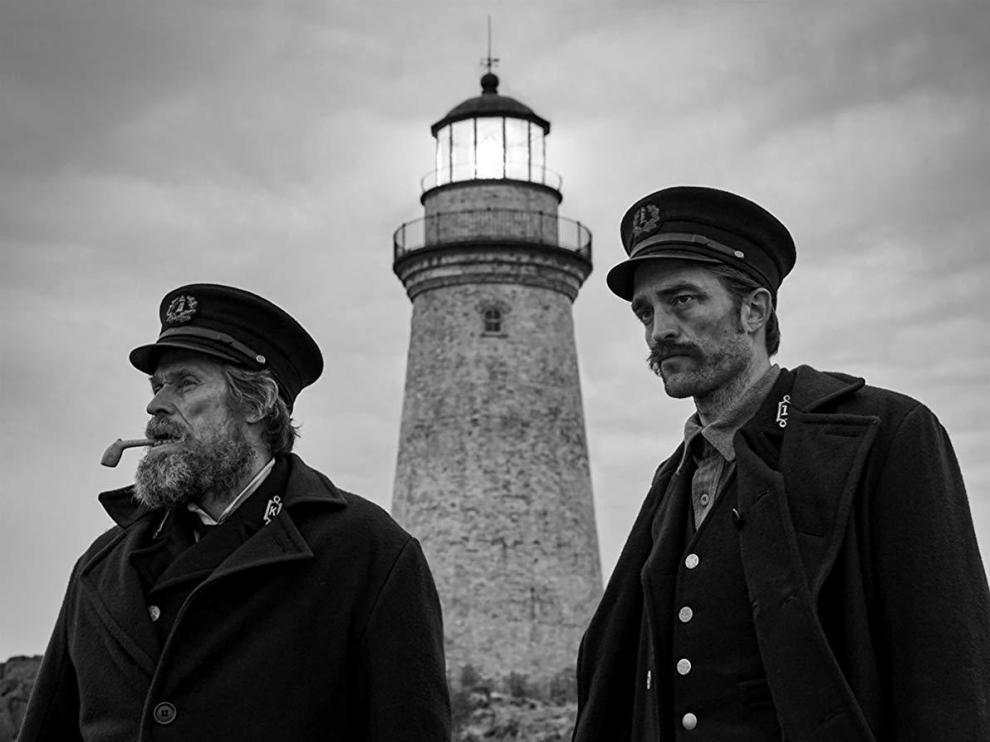 Willem Dafoe y Robert Pattinson en una escena de 'The lighthouse'.