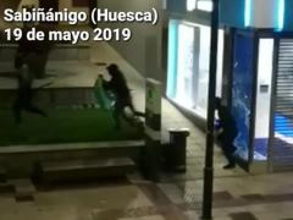 Tres personas han asaltado en la madrugada de este lunes la tienda de Movistar de Sabiñánigo, ubicada en plena calle Serrablo. Al parecer, se han llevado los teléfonos móviles que se encontraban en la exposición.