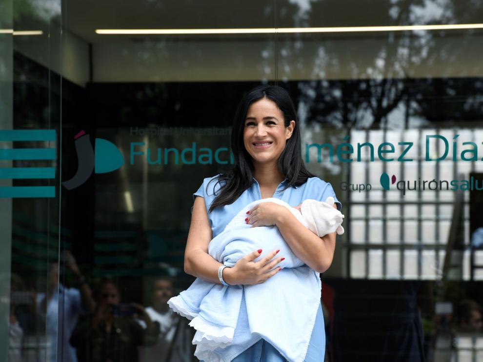 Begoña Villacís, con su niña, a las puertas del hospital donde hoy le han dado el alta.