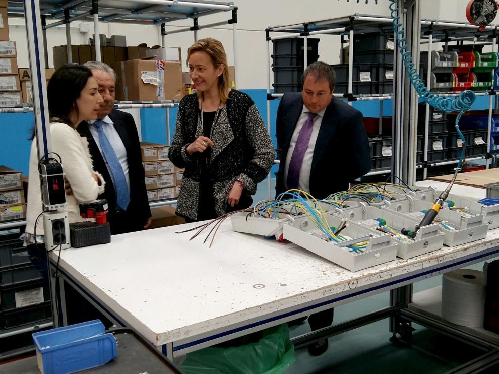 Imagen de archivo de la visita realizada en 2017 por la consejera Marta Gastón a la planta de IDE en Zuera. Junto a ella, Raquel Montañés y su padre Alfonso Montañés.