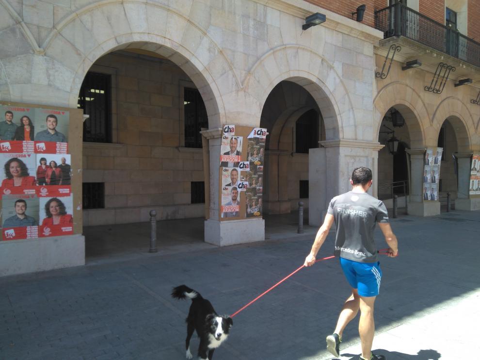En la turolense plaza de San Juan se han reservado los arcos de la Diputación para los distintos partidos.