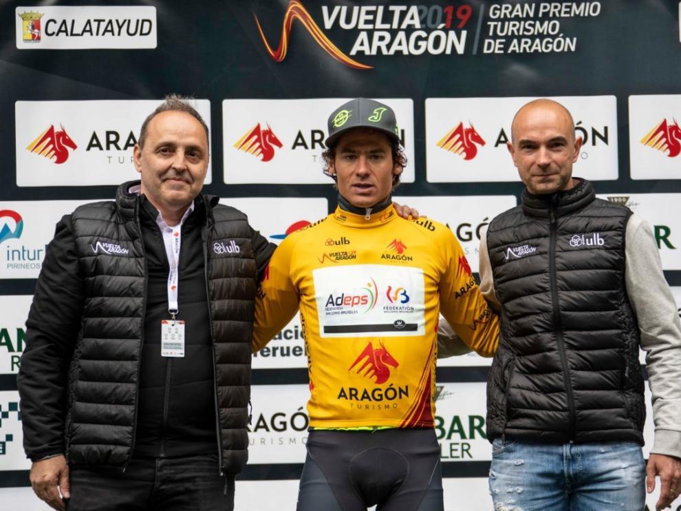 Justin Jules, en el centro, con el maillot de líder de la Vuelta Aragón.