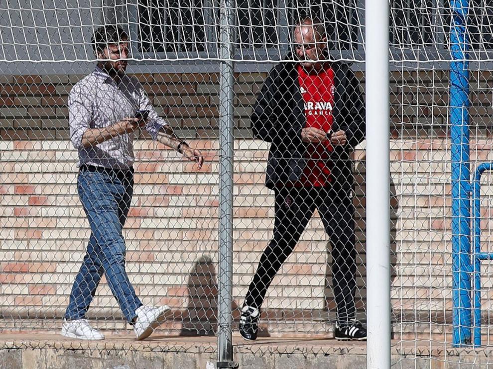 Lalo Arantegui y Víctor Fernández, juntos en el pasillo de vestuarios de la Ciudad Deportiva, nada más salir ambos del despacho del entrenador, donde charlaron a solas durante 15 minutos antes del ensayo de este lunes.