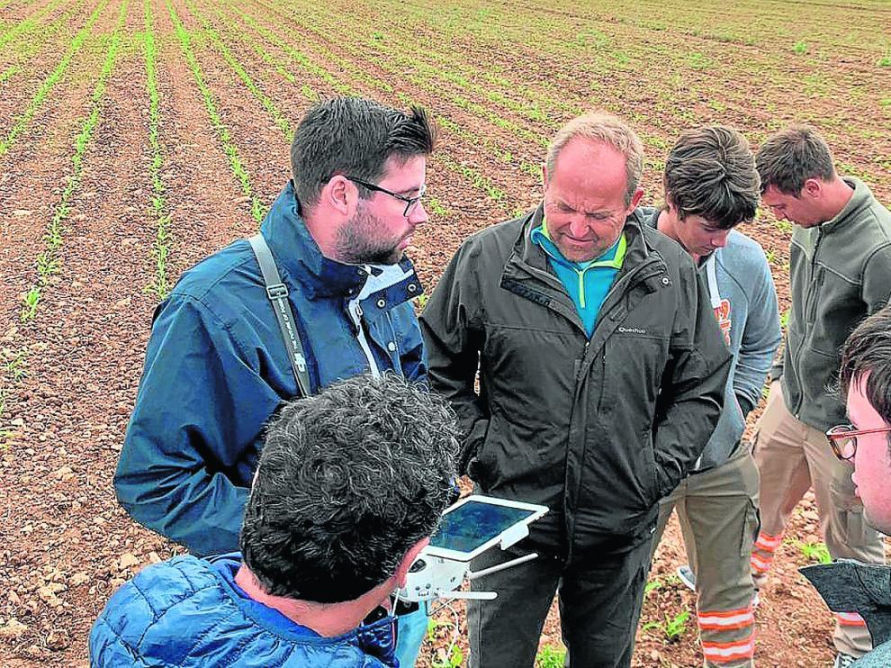 Un momento de la jornada realizada en Sariñena en la que los organizadores demostraron las ventajas de la utilización de drones.