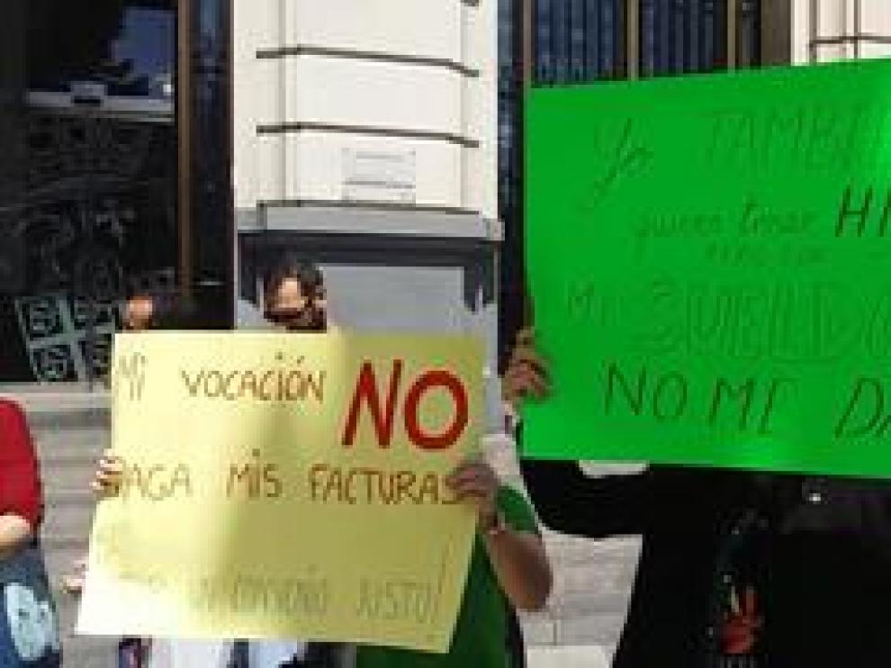Las educadoras de las escuelas infantiles de Zaragoza se han manifestado este martes en la plaza de España para pedir mejoras laborales.
