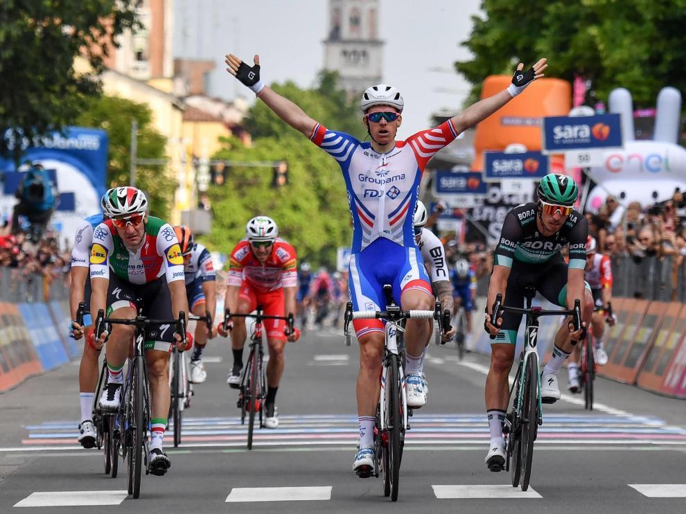 Arnaud Démare celebra imponerse en la décima etapa del Giro de Italia.