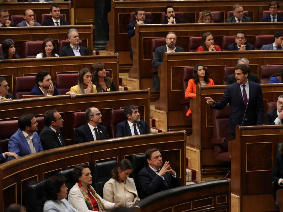 El presidente de Ciudadanos, Albert Rivera (d), durante la sesión constitutiva de las nuevas Cortes Generales.