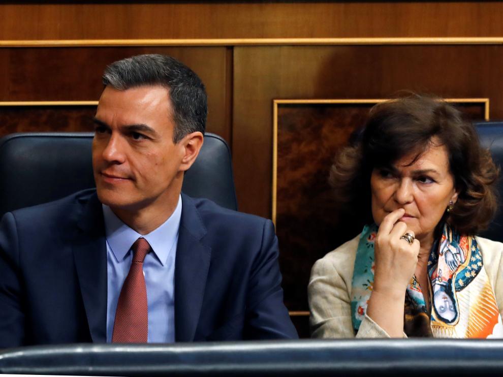 El presidente en funciones, Pedro Sánchez, junto a Carmen Calvo.