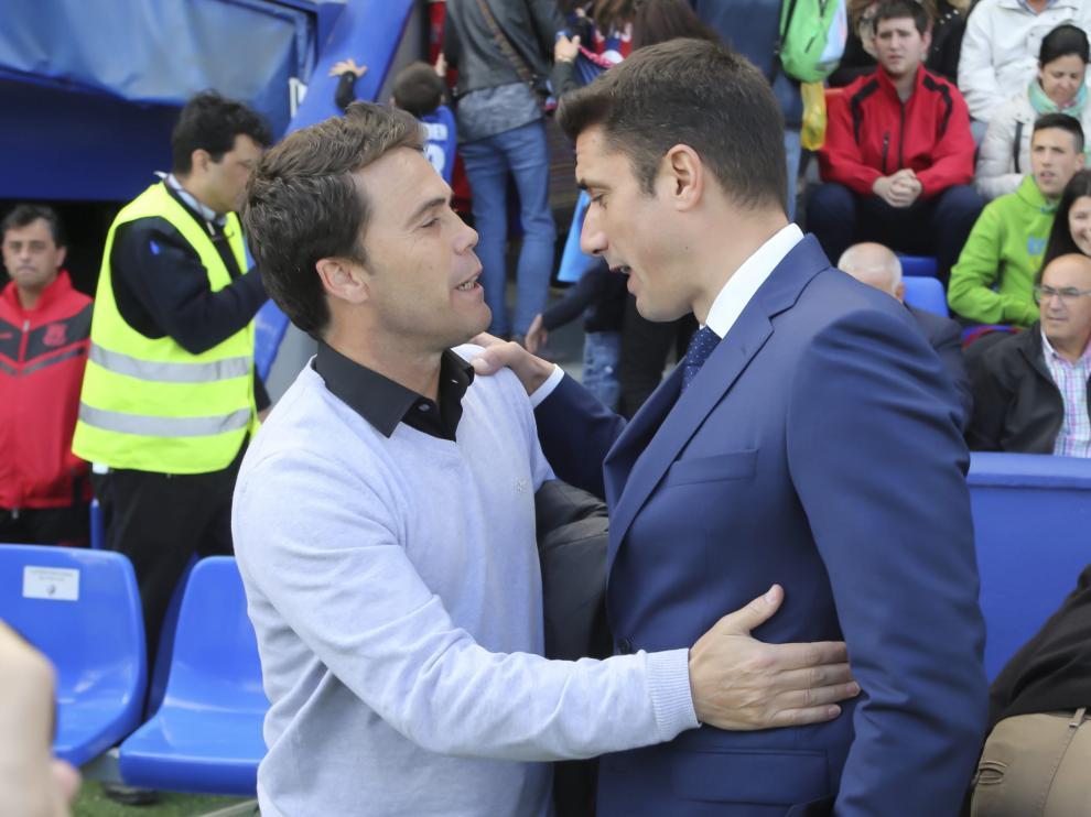 Rubi y Julio Velázquez se saludan antes del Huesca-Alcorcón de la 17-18.