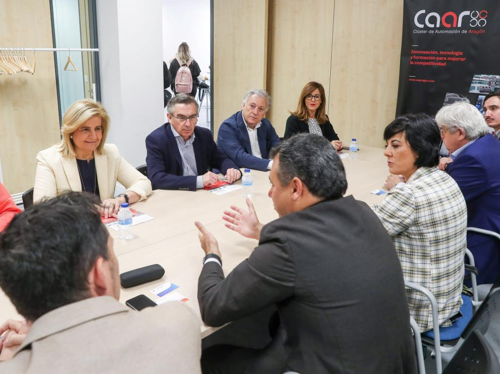 La exministra de empleo, Fátima Bález, junto al candidato del PP a la Presidencia del Gobierno de Aragón, Luis María Beamonte, en una reunión con representantes del Clúster de Automoción de Aragón.