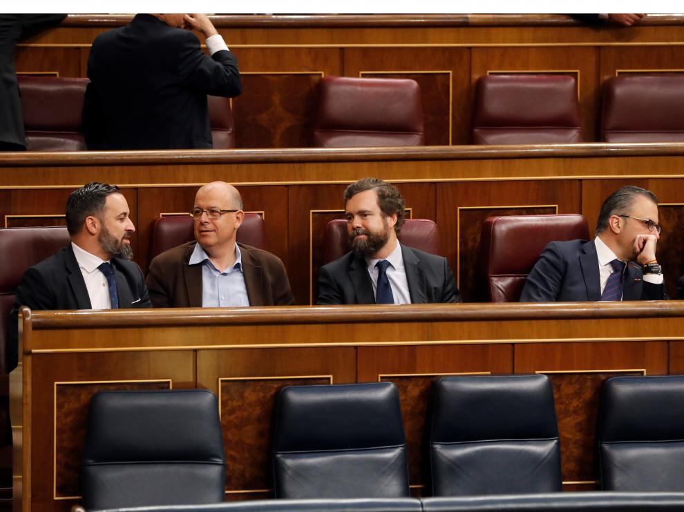 Abascal llega pronto al Congreso y se sienta detrás del presidente del Gobierno