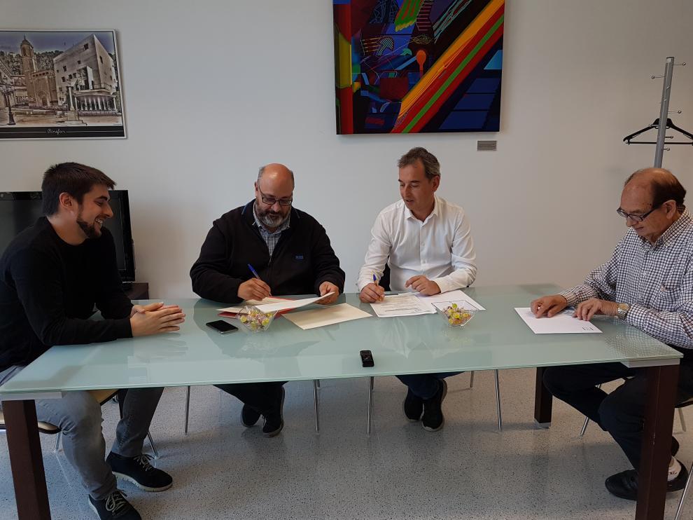 Representantes municipales y de las entidades beneficiarias, en la firma del convenio.